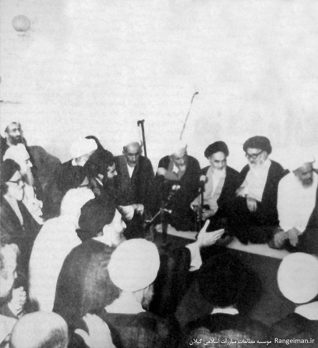 دیدار اعضای مجلس خبرگان قانون اساسی با امام خمینی- ایت الله ربانی املشی در گوشه سمت چپ تصویر دیده می شود
