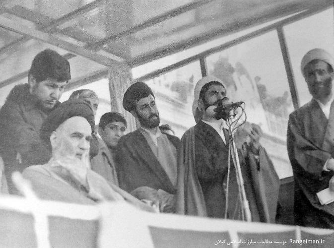 14 اردیبهشت 1358 مراسم شهادت ایت الله مطهری در مدرسه فیضیه-ایت الله ربانی املشی در گوشه سمت راست تصویر دیده می شود