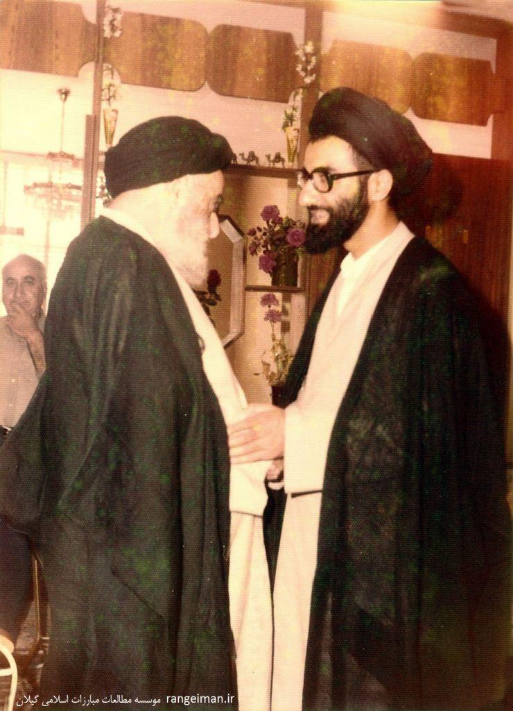 آیت الله پیشوایی در کنار فرزندش حجت الاسلام سیدمحمد جواد پیشوایی- سال ۱۳۵۳