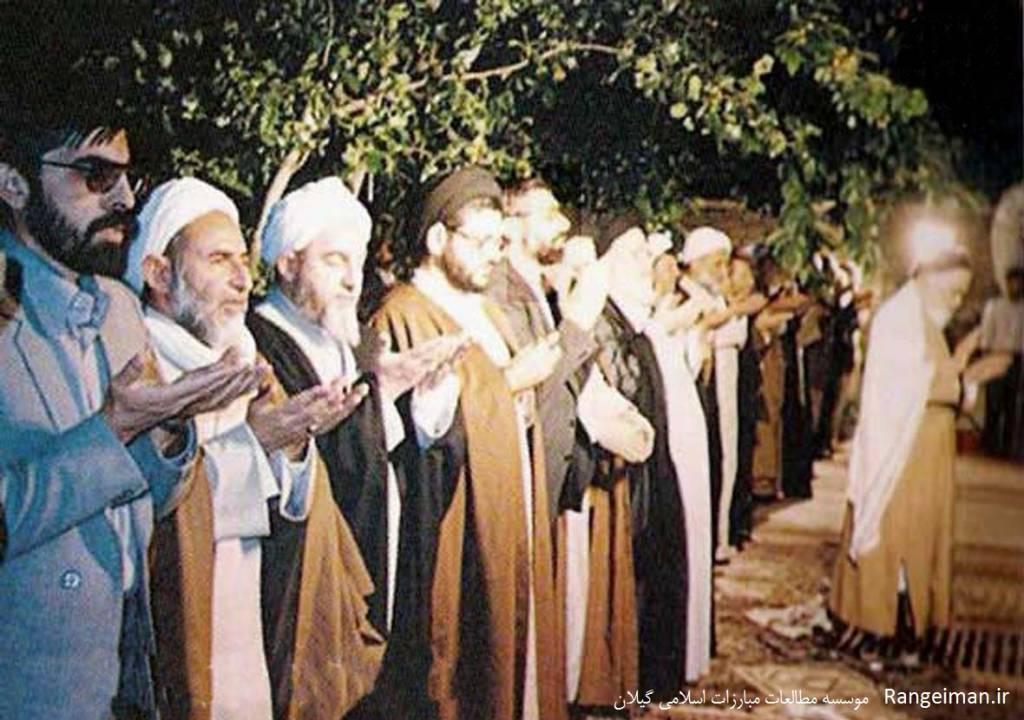 نماز امام خمینی- از چپ نفر سوم آیت الله محمدی گیلانی- سایت آینده