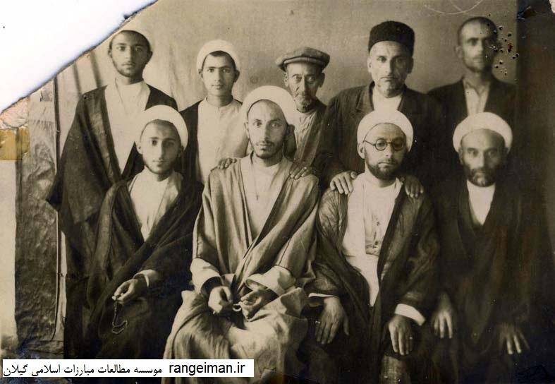 از راست نشسته حاج آقا موسی یکتا، اشرفی، محمدعلی آیت الله زاده، محمود سحری، ایستادگان نفر چهارم حسن جیلانی و عظیم یکتا