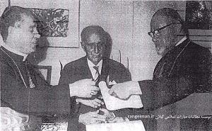 پورداود در وسط در حال دریافت نشان شوالیه «سن سیلوستر» از نماینده واتیکان در تهران- پورداوود پژوهنده روزهای نخست، ص۲۱۷