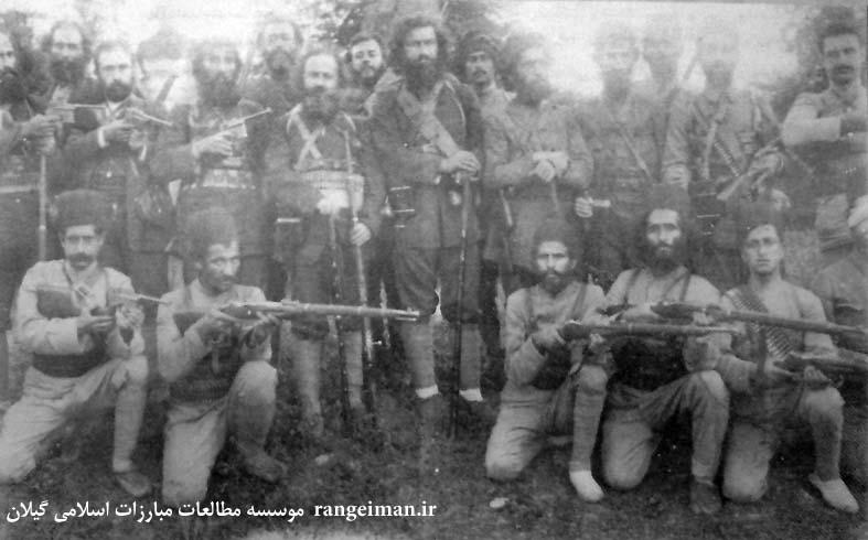 تصویر میرزاکوچک جنگلی و عده ای از نزدیکانش- ردیف ایستادگان نفر سوم از چپ سیدحبیب الله مدنی- از کتاب سردار جنگل ص115