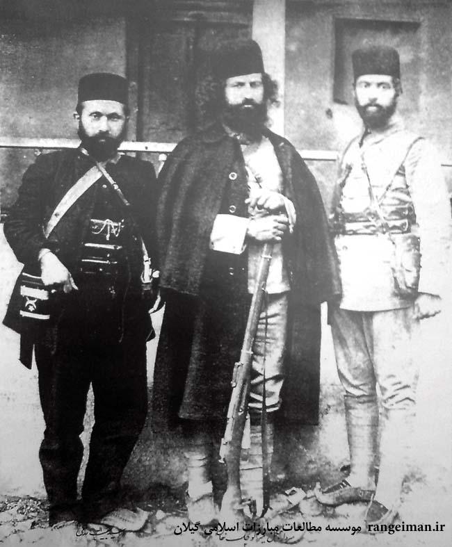 معروف ترین تصویر میرزاکوچک- از راست اسماعیل جنگلی، میرزاکوچک و سیدحبیب الله مدنی- از کتاب سردار جنگل ص125